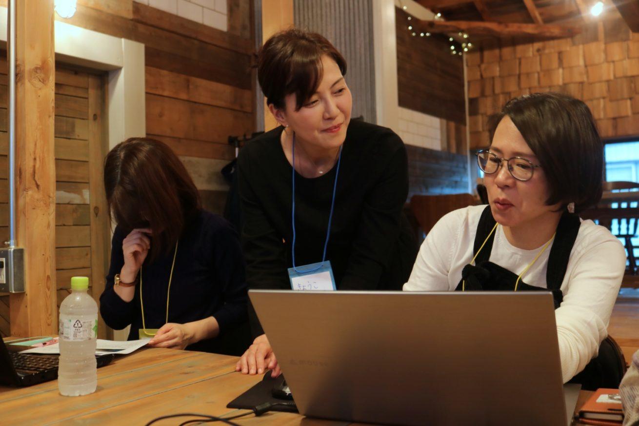 Webライター講座で受講生にWebライティングを教えているところ