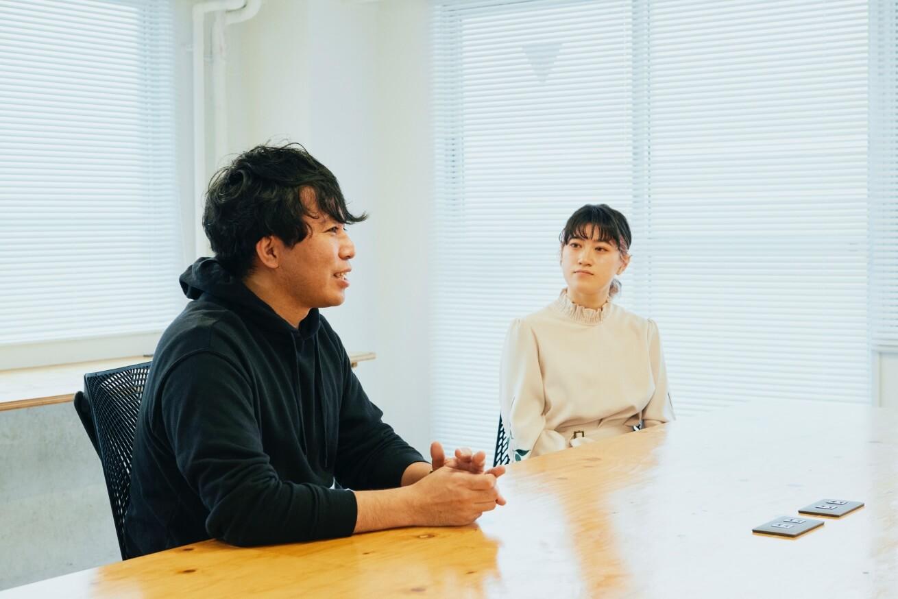 インタビューに応える劇団ノーミーツの菅波さんと目黒さん