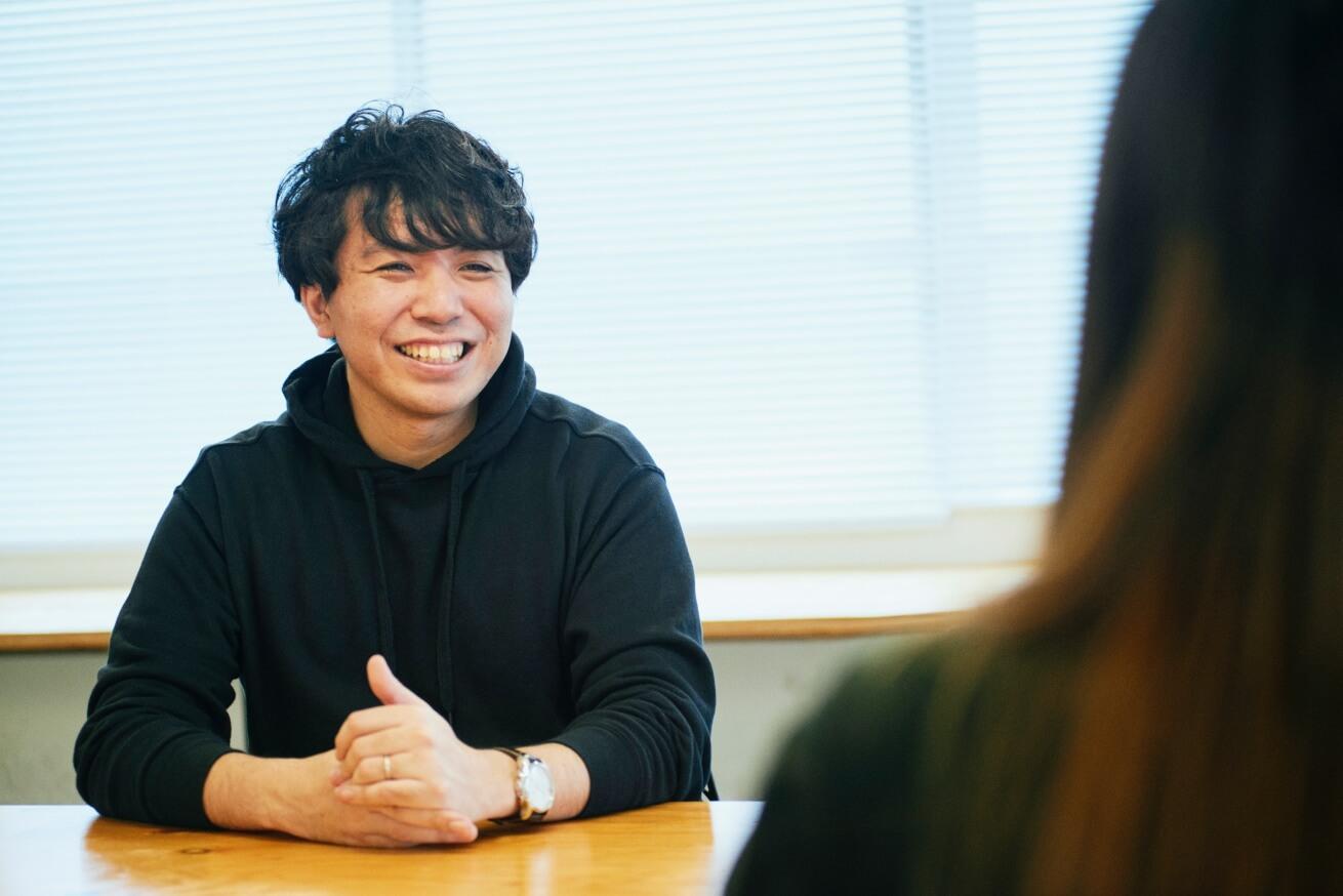 インタビューに答える劇団ノーミーツの菅波さん