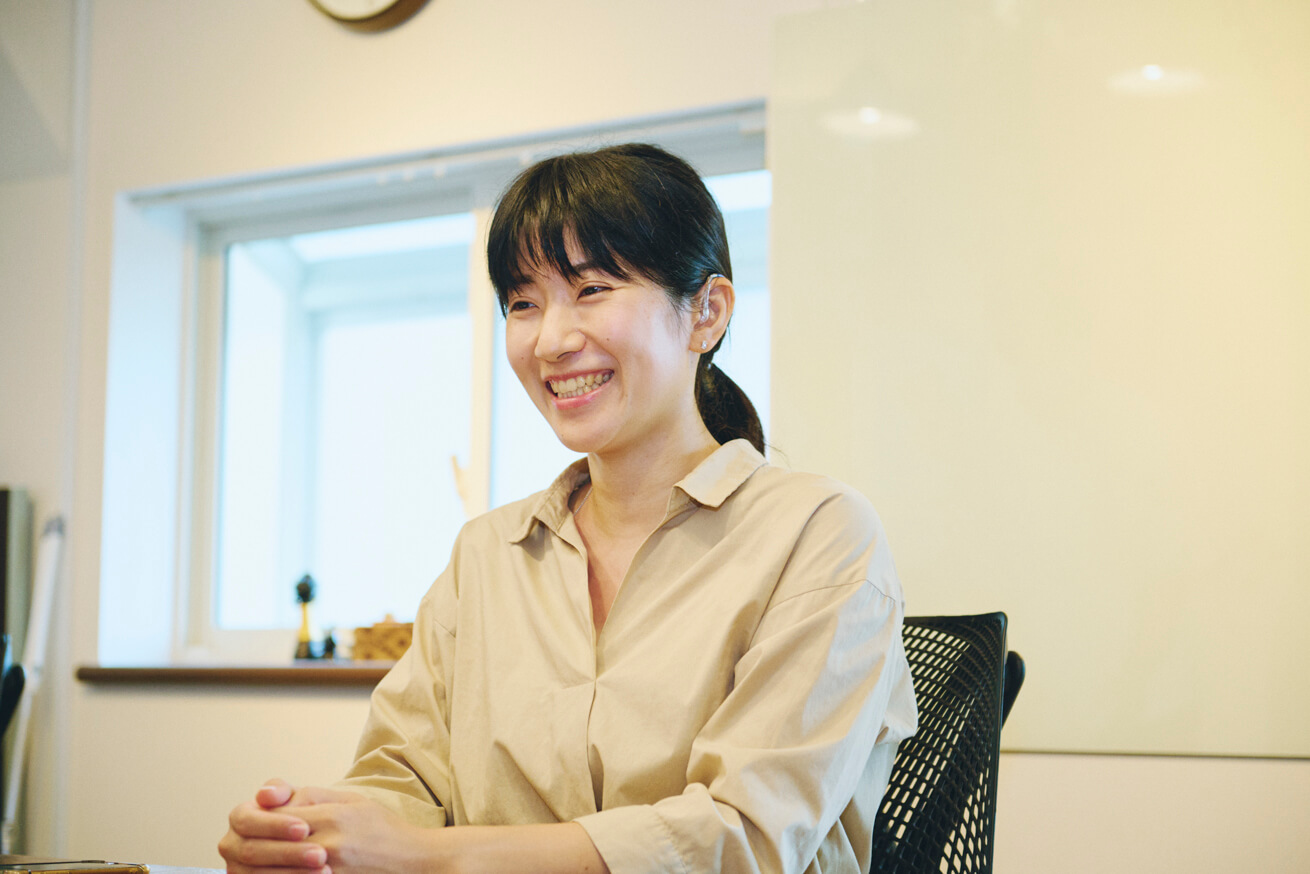 インタビューを受ける田原さんの写真