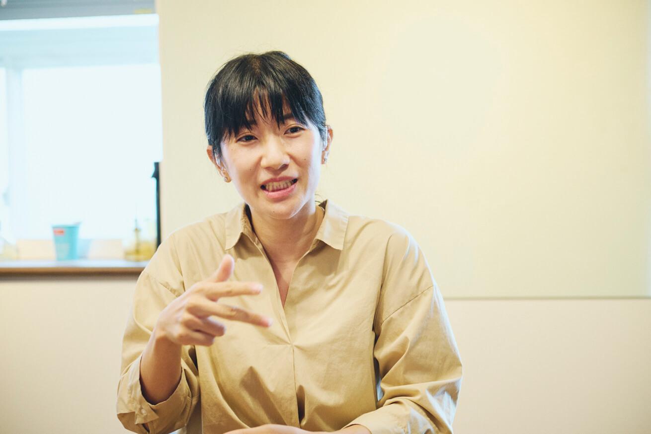 インタビューでアルゼンチンの思い出を話す田原さん
