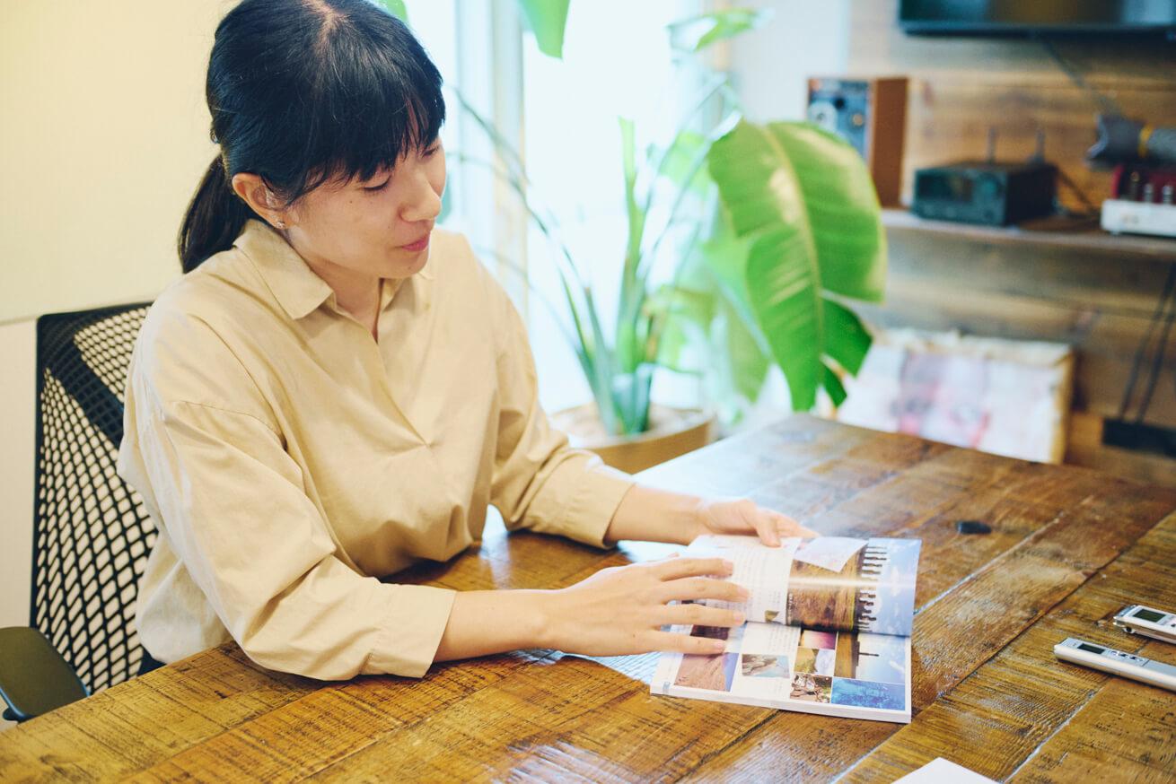 本を印刷したアルプスPPSについて話す田原さん